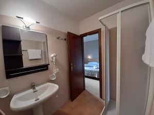 bagno-camera-superior-hotel-touring-gardone